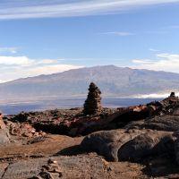2011-10-07 Cairns of Mauna Loa with Mauna Kea on the backdrop. Turistické mohyly na Mauna Loa a  Mauna Kea na pozadí., Канеоха