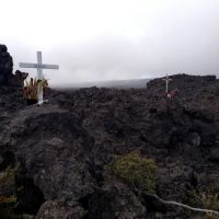2012-04-29 Two Crosses near Observatory Road on Mauna Loa., Канеоха
