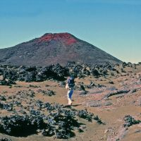 Mauna Loa Trail, one of the few places where one has the pleasure of walking on cinders., Канеоха
