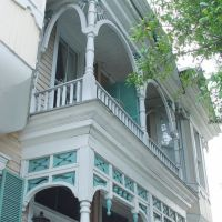 veranda detail to 1898 victorian double townhouse, Warren Square (7-2009), Саванна