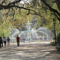 In the center of the Historical Disrict  of Savannah, Georgia,  youll find a paradise of massive oak trees, flowers, wide-walkways, resting areas and much more. A city you must visit!, Саванна