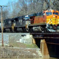 BNSF 7741 leads a train across the Mississinewa River bridge., Марион