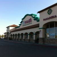 Vallarta Supermarket in Lancaster, CA, Ланкастер