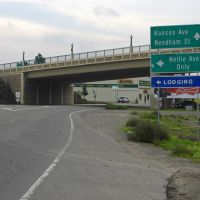 9th St goes underneath P St overpass and heads towards downtown Modesto, 12/2012, Модесто