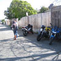 bikes in alley, Сан-Бруно