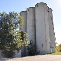 Old grain elevator next to railroad tracks, Ливенворт