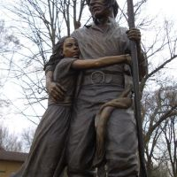 Shawnee tribal leader Paschal Fish and his daughter, Eudora - life size bronze, city park, Eudora, KS, Овербрук