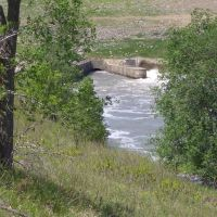 Tuttle Creek Dam spillway, left side people are fishing, right outlet letting out water, Manhattan, KS, Палмер