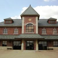 Bank in downtown Parsons, Kansas constructed to resemble the old Katy Railroad Depot, Парсонс