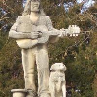 Street Singer, life-size Pete Felten limestone carving, Hays, KS, Хэйс