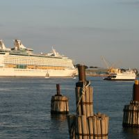 Explorer of the Seas in New London Harbor, Нью-Лондон