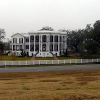 Nottoway Plantation House seen from the Mississippi River levee, Карвилл