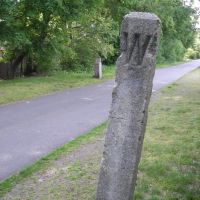 "A wayside post marked ""W"", telling the engine driver to signal for the upcoming crossing of Mill Street in Arlington.  From my trail skating blog at http://minutemantrail.blogspot.com/2008/06/one-more-whistle-post-posting.html., Арлингтон"