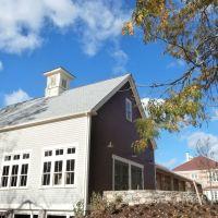 Replica barn at Sachem Rock community center, Ист-Бриджуотер