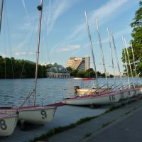 Charles River, Dewolfe Boathouse and Hyatt Regency Hotel from BU Sailing Pavilion, Кембридж