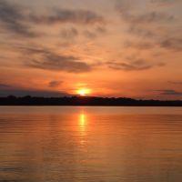 May 2005 - Plymouth, Minnesota. Setting spring sun reflecting on Medicine Lake., Медисин-Лейк