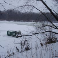 Houseboat frozen in the Mississippi River ice, Мендота-Хейгтс