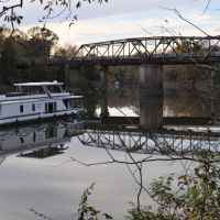 Houseboat Motors up River in Columbus, MS, Колумбус