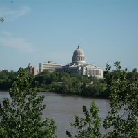 Missouri State Capitol building, from north end of pedestrian walkway over the Missouri River, Jefferson City, MO, Джефферсон-Сити