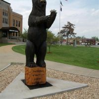 carved wooden bear, Camden County Courthouse, Camdenton, MO, Камдентон