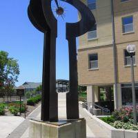Statue between College Avenue Dorm and Hatch and Schurz Halls 2, University of Missouri, Колумбия
