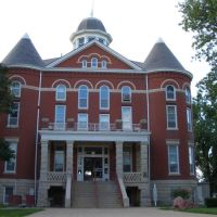 Doniphan County Courthouse, designed by George P Washburn, and Tall Oak sculpture, Troy, KS, Олбани (Генри Кантри)