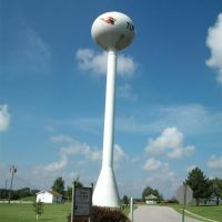 Tipton Cardinal water tower, east side, Tipton, MO, Пин Лавн