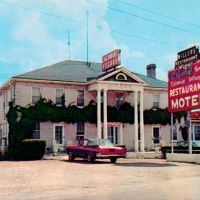Colonial Village Restaurant Motel in Rolla, Missouri, Седар-Сити