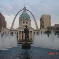 ST. LOUIS-EUA-PRAÇA KIENER COM OLD COURTHOUSE E GATEWAY ARCH AO FUNDO, Сент-Луис
