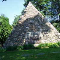 Pyramid Tombstone in Toledos Woodlawn Cemetery, Ламбертвилл