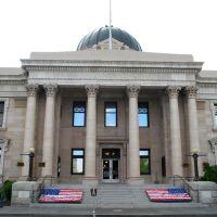 Reno; Court House & flowered Memorial, Рино