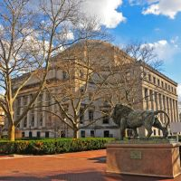 Low Memorial Library with Scholars Lion (by sculptor Greg Wyatt) in the foreground, Columbia University, New York, Эджуотер