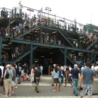 Yankee Stadium - Fans going to the elevated train station at 161 Street, Бронкс