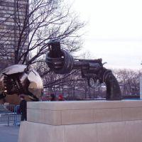 082 New York, Denkmäler vor dem UNO-Hauptquartier, Лонг-Айленд-Сити
