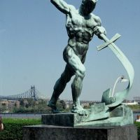 """Let Us Beat Swords into Plowshares"" (Isaiah 2:4) Statue in UN Garden, Лонг-Айленд-Сити"