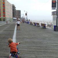 Child & Runner on Boardwalk, Лонг-Бич