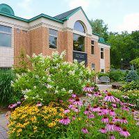 New Hartford Public Library from Garden, Нью-Хартфорд