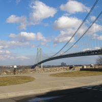 The Verrazano Narrows Bridge connects two of New York Citys five boroughs - Staten Island with Brooklyn.  It is one of the worlds longest suspension bridges.  View from Staten Island looking towards Brooklyn. February 7, 2008, Саут-Бич