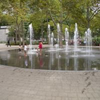An unconventional vision of New-York -- Children at the fountain, Хадсон