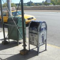 R2-D2 mailbox in front of Queens Center Mall on Queens Blvd, Элмхарст