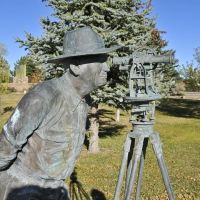 Monument to the surveyors who laid out Route 66, City Park, Moriarty, NM, Саут-Вэлли