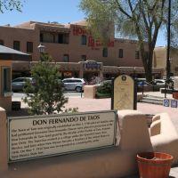 Plaza de San Fernando en Taos, un lugar donde su origen español en 1617 es patente, Таос