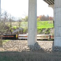 a ten-car/two-engine Cuyahoga Valley Line train slips under the Ohio Turnpike, Пенинсула