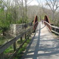 towpath trail bridge and remains of Ohio and Erie Canal aqueduct over Cuyahoga River at Peninsula, Ohio, Пенинсула