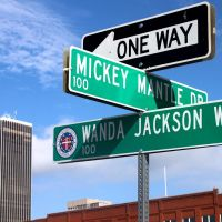 Mickey Mantle Dr. / Wanda Jackson Way, Маскоги