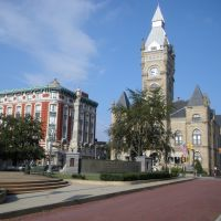 Lafayette Apartments & Butler County Courthouse across Diamond Park - Butler, PA, Батлер