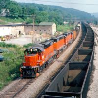 Westbound Bessemer & Lake Erie Railroad Freight Train at Butler, PA, Батлер
