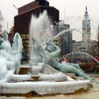 Swan Fountain on Logan Circle is all iced up., Филадельфия