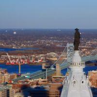 Philadelphia City Hall Tower with William Penn Statue and Delaware River, Филадельфия