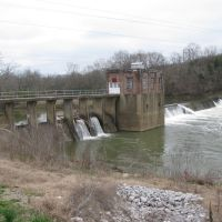 Columbia tn Duck River Dam. The TWRA sometimes stocks this area with Rainbow Trout in winter when the water is colder. This dam was a small hydroelectric producer several decades ago., Колумбиа
